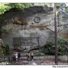 Symbolický hřbitov horolezců pod Hrubou skálou
